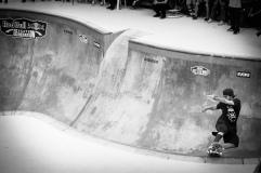 """Quando não dá aula de skate na Hi Adventure, Oscar """"Mad"""" Edinger anda pelos bowls e pelas ondas de Floripa. Foto: Heverton Ribeiro"""