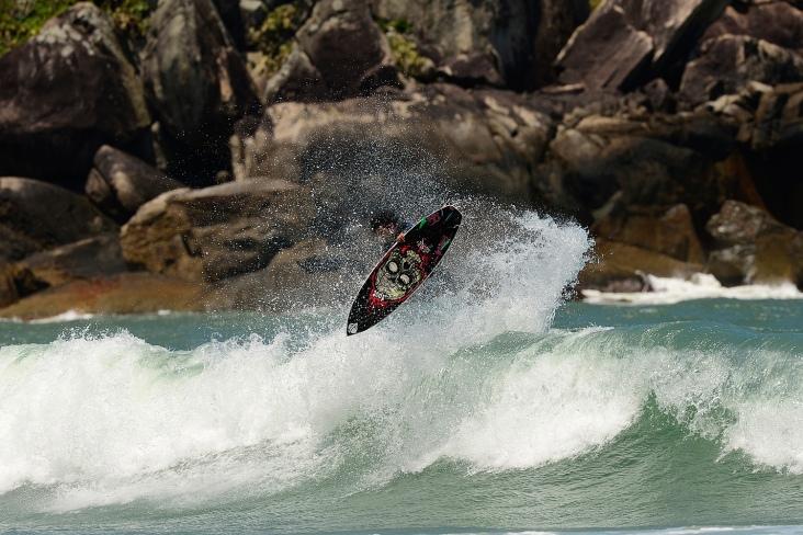 Ricardo Wendhausen domina como poucos tanto o surf como o skate progressivo. Foto: Marcio David