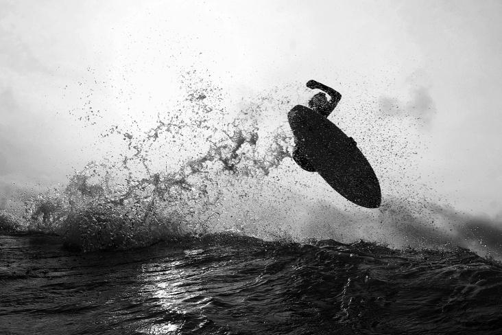 Gustavo Schlickmann, expoentes da atual geração de surfistas da ilha, na Joaquina. Foto: Marcio David