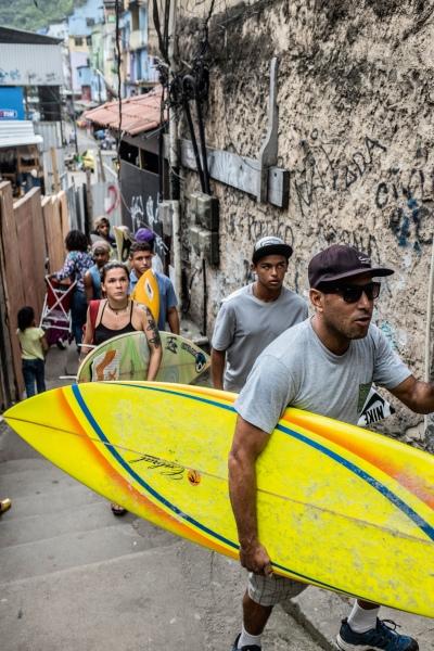 """José Ricardo """"Bocão"""" seguido pelos alunos da Rocinha Surfe Escola."""