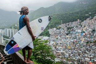 """Gabriel """"Popó"""" Oliveira, garoto de 19 anos que é revelação do surf na Rocinha."""