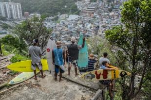 Surfistas da Rocinha, engajados na luta para salvar o Cantão de São Conrado.