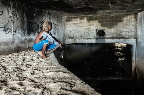 Popó na galeria por onde passa o esgoto que vem da Rocinha e é encorpado por ligações clandestinas em São Conrado.