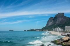 Por trás da beleza da praia de São Conrado esconde-se um mar que sofre com a poluição crônica há duas décadas, cuja raiz é o saneamento básico precário na Rocinha.