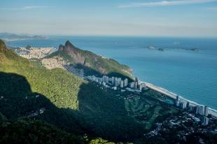 Ao lado da Rocinha fica São Conrado, um dos bairros mais nobres do Rio de Janeiro e onde fica o Cantão, pico dominado por surfistas da maior favela da América Latina.