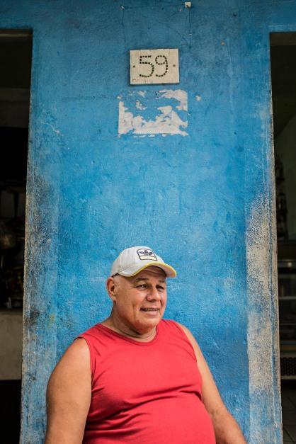 Zé Mulher, 60, da primeira geração de surfistas da Rocinha.