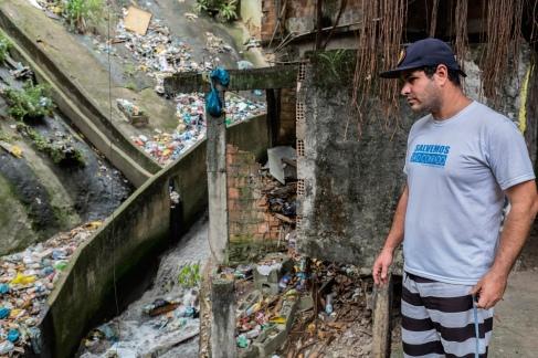 Marcello Farias, 39, o principal ativista da comunidade na questão da poluição de São Conrado, incrédulo com a sujeira no Lajão, o lugar mais crítico quando o assunto é descarte irregular de lixo na Rocinha.