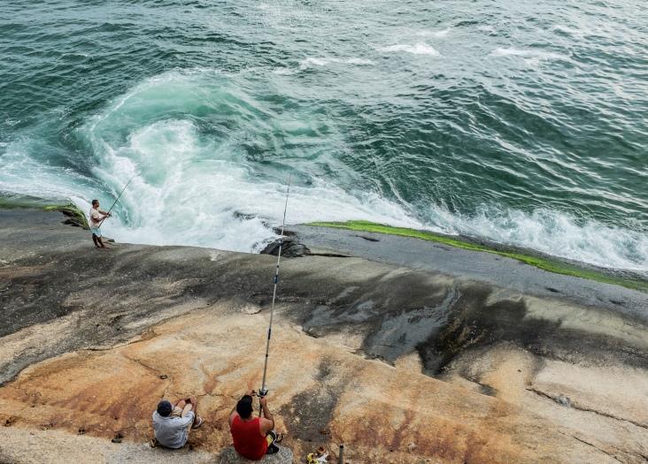A água suja é despejada no mar por meio de um buraco feito na rocha, a 50 metros do Cantão.