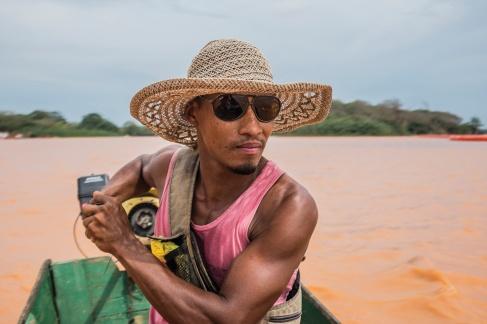 Para amenizar o prejuízo financeiro, o pescador Eduardo Barcelos realiza expedições pelo Rio Doce, com cientistas e jornalistas. (1/3)