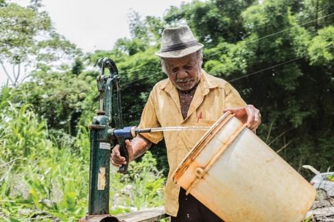 O ribeirinho Antonio Honorato, 73, bombeia a água amarelada, cheia de ferro, que ele ferve antes de beber. (1/3)
