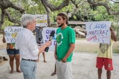Ao lado de Thalena, Eric Freitas, 29, criou o movimento Regência Viva. Natural de Vitória, o oceanógrafo e surfista vive há três anos na vila e é representante pelo Fórum Capixaba em Defesa da Bacia do Rio Doce. (3/3)