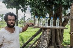 Edvaldo Gomes, ribeirinho de 43 anos, armazenou, em garrafas de plástico, águas de diferentes fontes: a de um valão próximo, que, antes da lama, era potável, mas hoje está amarelada; a fornecida pela empresa, cheia de sedimentos; e outra mais limpa, de um poço distante. (2/3)