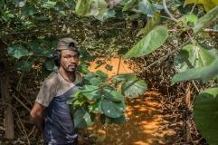 """José Antônio Siqueira, """"43 anos de vida e de pesca"""". Mora no último terreno de Entre Rios, com acesso apenas por uma trilha complicada. """"Eu vivia do peixe e da roça. E hoje? Viver de quê? Nada, só tragédia."""" (3/3)"""